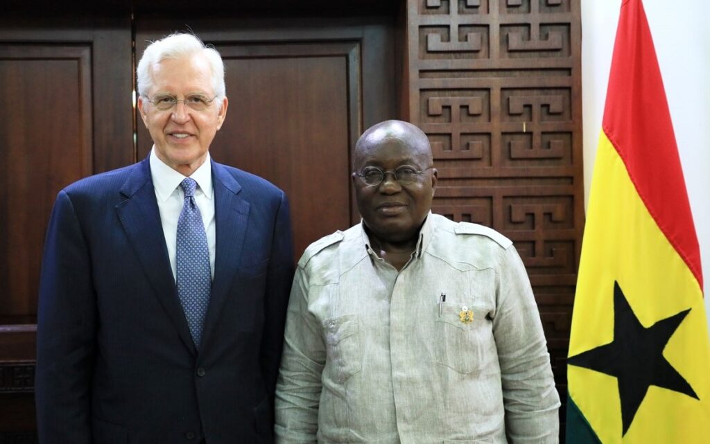 El élder D. Todd Christofferson, izquierda, se reúne con el presidente de Ghana, Nana Akufo-Addo en Acra, Ghana, el 30 de mayo de 2019