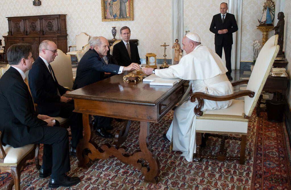 El presidente Russell M. Nelson de La Iglesia de Jesucristo de los Santos de los Últimos Días y el presidente M. Russell Ballard, presidente del Cuórum de los Doce Apóstoles, se reúnen con el papa Francisco en el Vaticano en Roma, Italia el sábado, 9 de marzo de 2019.