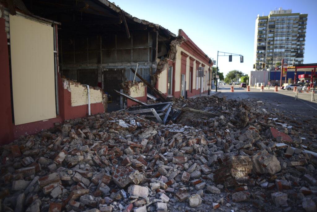 Los escombros de una pared derrumbada de un edificio cubren el piso después de que un terremoto azotó a Puerto Rico antes del amanecer en Ponce, Puerto Rico, el martes, 7 de enero de 2020.