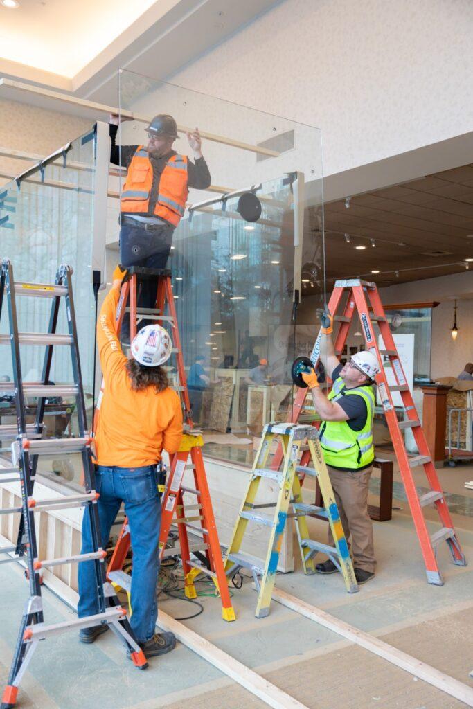 Los trabajadores retiran exhibiciones del Centro de Visitantes Sur luego del cierre del Templo de Salt Lake.
