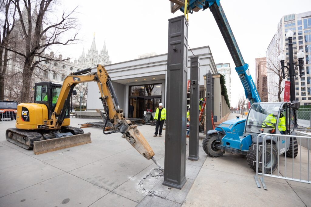 Se están realizando trabajos de construcción en la Manzana del Templo mientras el Templo de Salt Lake se encuentra en proceso de desmantelamiento.