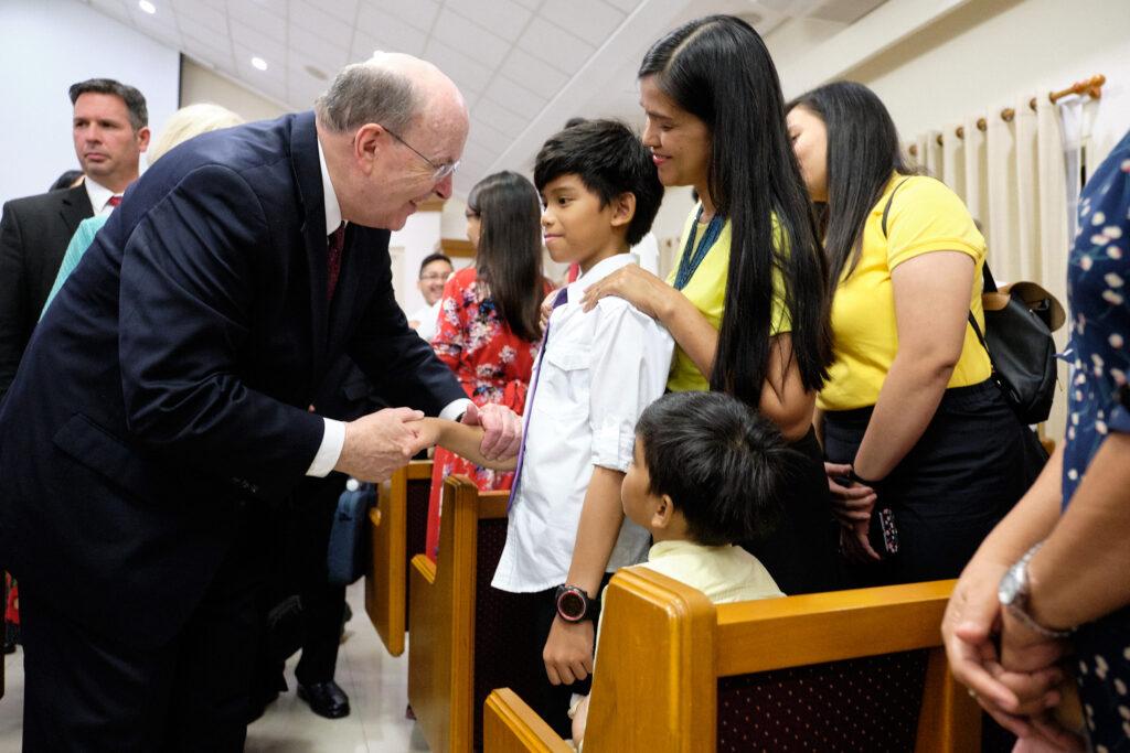 Élder Quentin L. Cook, del Cuórum de los Doce Apóstoles, visita a Santos de los Últimos Días en el centro de reuniones de la Estaca Filipinas Mandaluyong, en Manila, el domingo, 12 de enero de 2020.