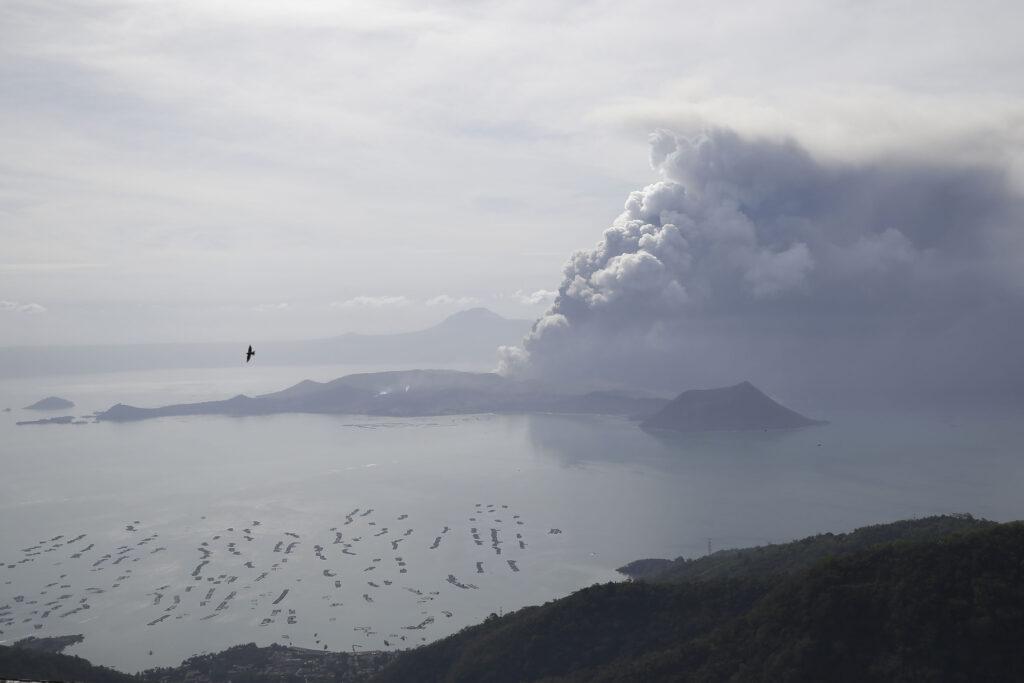 El volcán Taal continúa arrojando ceniza el lunes, 13 de enero de 2020, en Tagaytay, provincia de Cavite, al sur de Manila, Filipinas. Lava roja hirviendo es arrojada por el volcán filipino, el lunes, después de una súbita erupción de ceniza y vapor que obligó a la población a huir en masa y a cerrar el aeropuerto internacional de Manila, oficinas y escuelas.