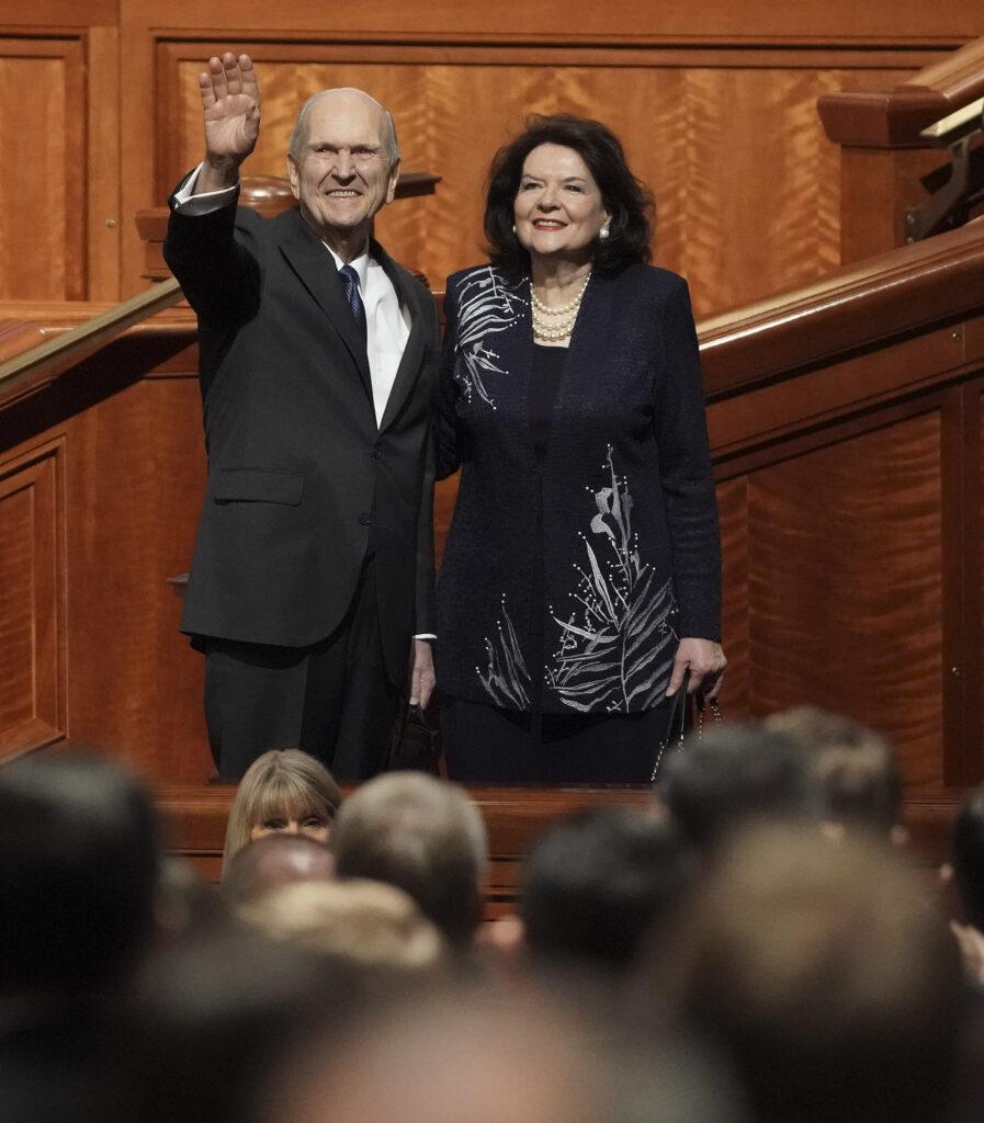 El presidente Russell M. Nelson y su esposa, la hermana Wendy Nelson, saludan a los participantes luego de la sesión del domingo por la mañana de la Conferencia General Semestral No 189 de La Iglesia de Jesucristo de los Santos de los Últimos Días en Salt Lake City el domingo, 6 de octubre de 2019.