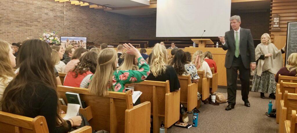 El élder S. Gifford Nielsen y la hermana Wendy Nielsen lideran una discusión durante una reunión de conferencia del recorrido de la Misión Canadá Calgary el 31 de octubre de 2019, en Calgary, Canadá.