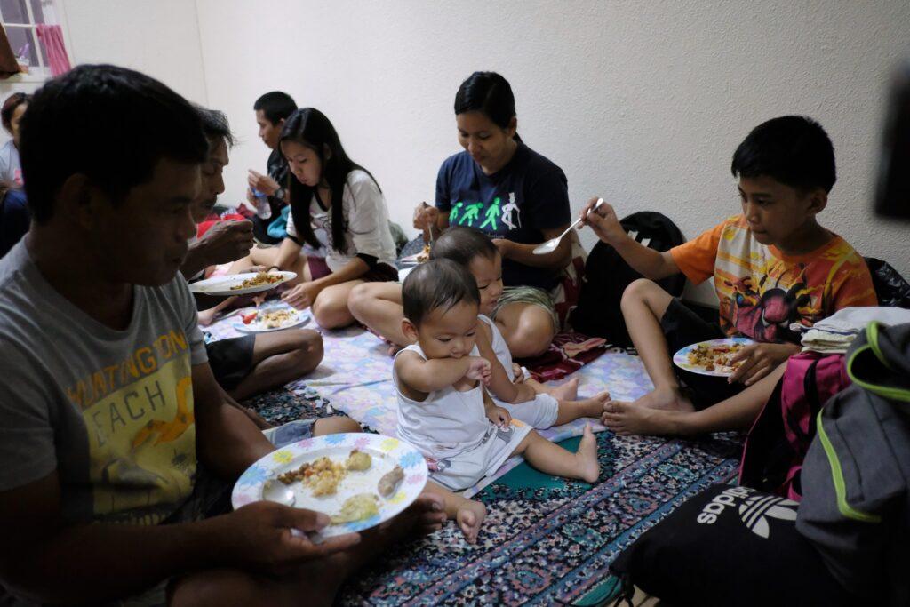 Santos de los Últimos Días se reúnen en una capilla local al tiempo en que el volcán Taal continúa arrojando ceniza al sur de Manila, Filipinas.