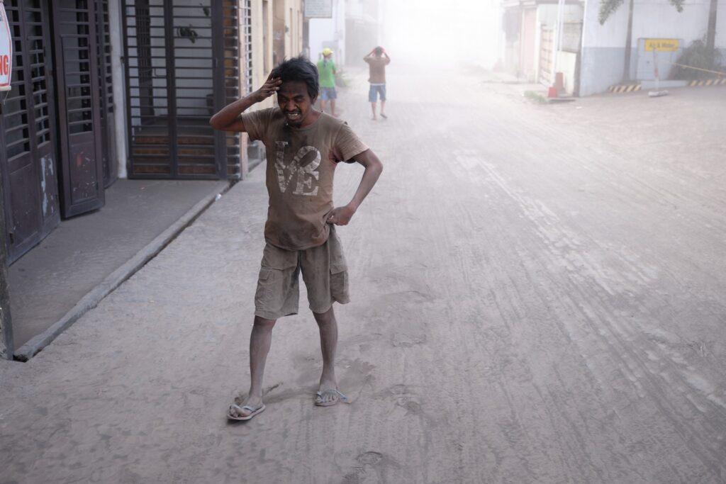 El volcán Taal emite una nube grande de ceniza, vapor y rocas en las Filipinas.