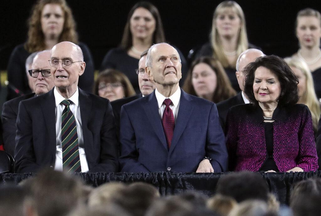 El presidente Henry B. Eyring, el presidente Russell M. Nelson y la hermana Wendy Nelson escuchan al Coro Ensign cantar antes de discursar en el Estadio Safeco en Seattle, Wash., el sábado, 15 de septiembre de 2018.