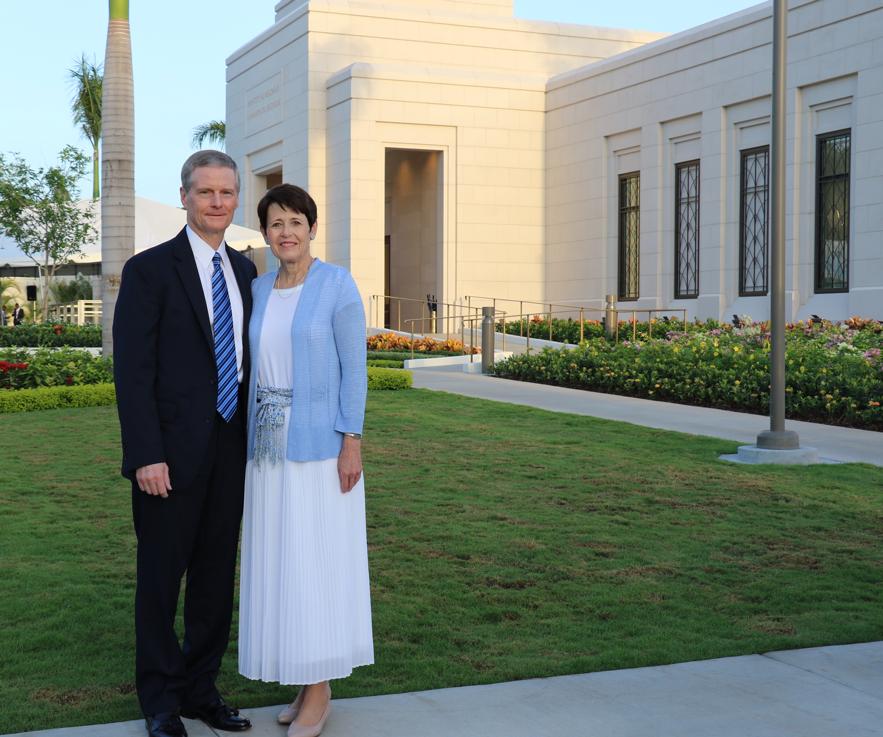 El élder David A. Bednar, del Cuórum de los Doce Apóstoles, y su esposa, la hermana Susan Bednar, fuera del Templo Puerto Príncipe, Haití, el 1 de septiembre de 2019.