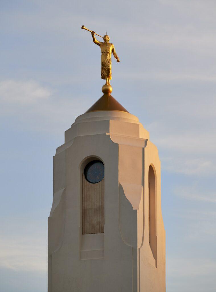 La estatua del ángel Moroni en el Templo de Durban, Sudáfrica.
