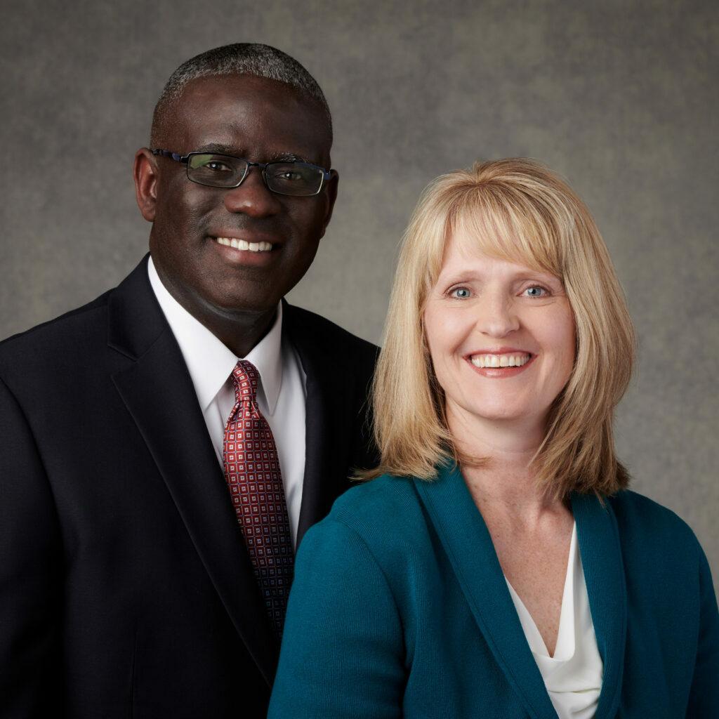 Peter M. y Stephanie Johnson