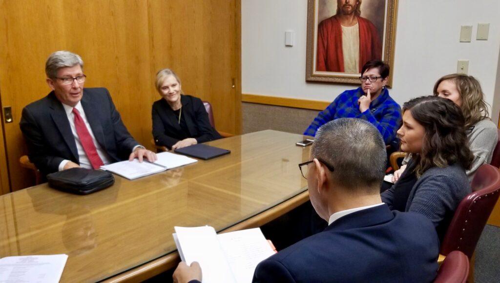 El élder S. Gifford Nielsen y la hermana Wendy Nielsen se reúnen con el presidente y la hermana Keung de la Misión Canadá Calgary, así como con varios líderes de la misión, el 30 de octubre de 2019, en Calgary, Canadá, antes de comenzar un recorrido de la misión.