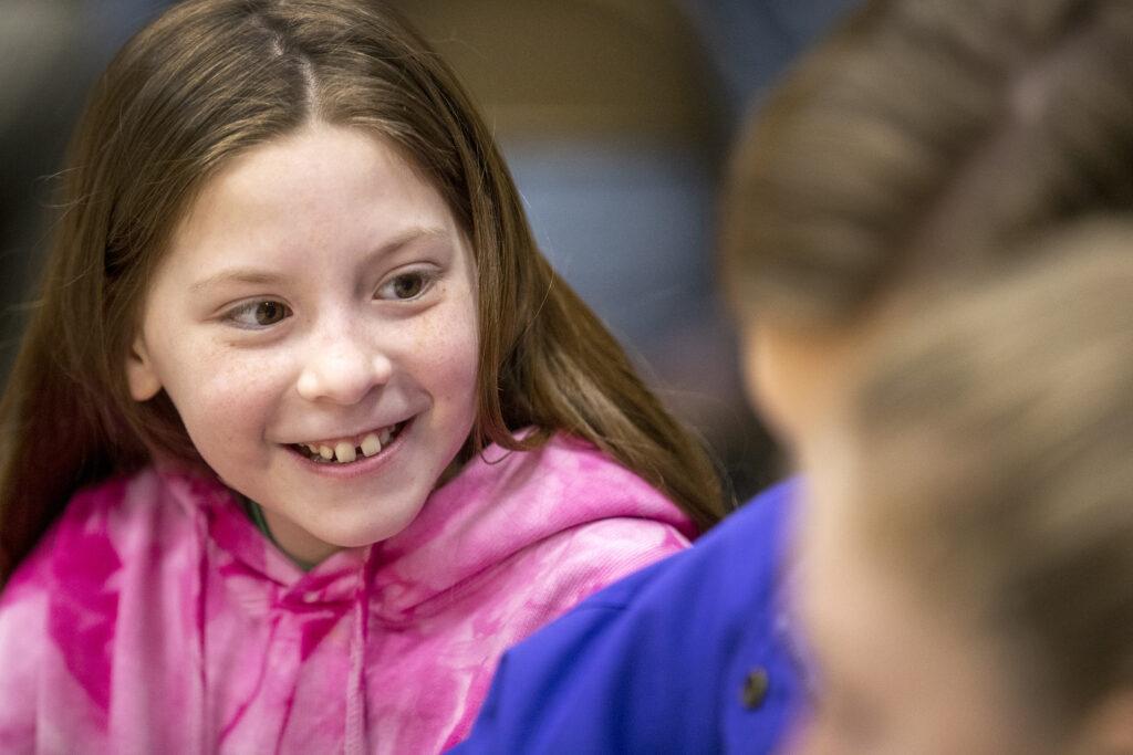 Brianne Christesen sonríe mientras conversa con otros jóvenes del Barrio Willow Creek 6o, Estaca Sandy Utah Willow Creek, reunidos para jugar juntos el miércoles, 22 de enero de 2020.