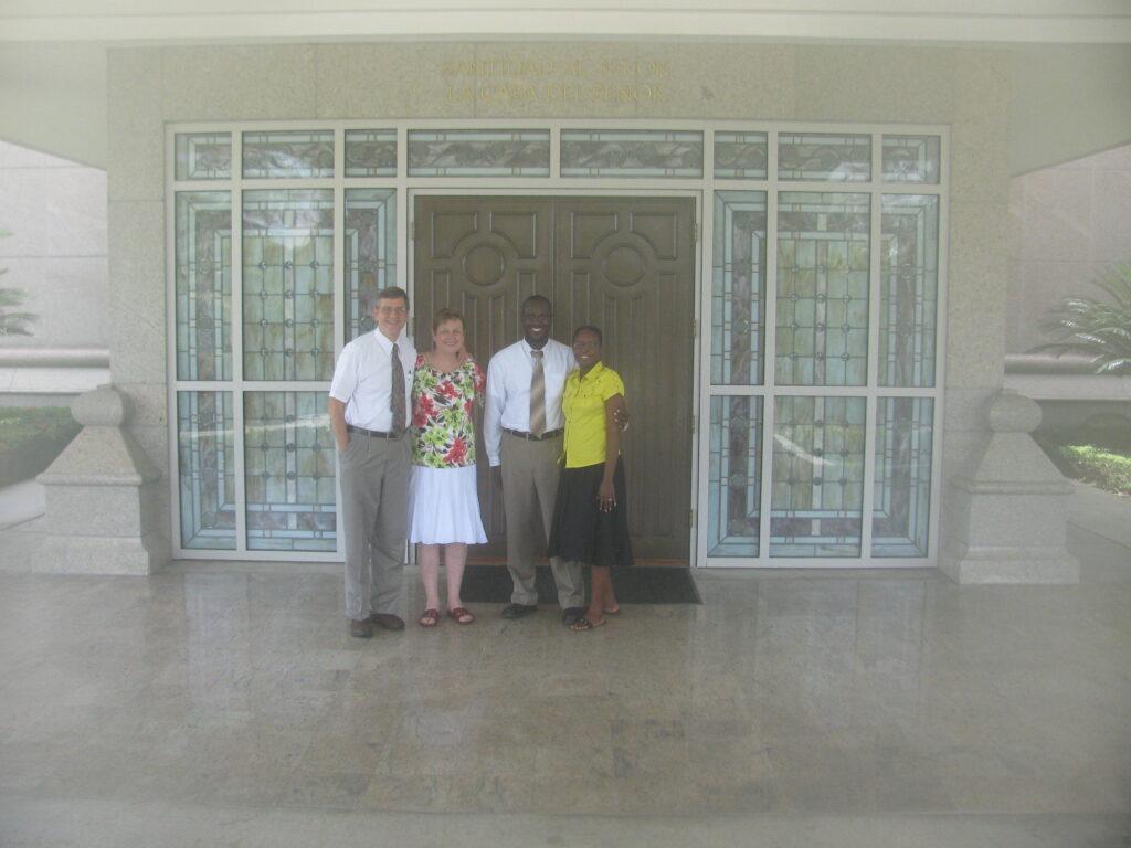 Jean Rossely y Nadege Bernard posan para una fotografía con Mark y Alice Rampton frente al Templo de Santo Domingo República Dominicana, donde los Bernard se sellaron el 7 de julio de 2010.