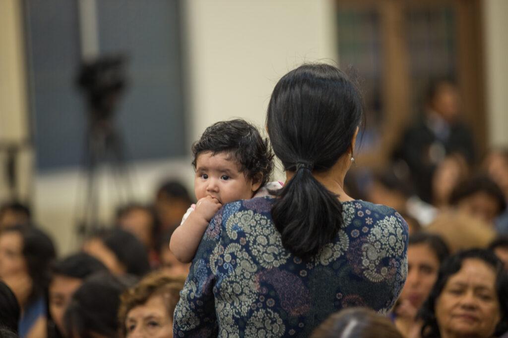 Mujeres santos de los últimos días se reúnen para un devocional especial en Lima, Perú, con el élder Jeffrey R. Holland y la hermana Patricia Holland.