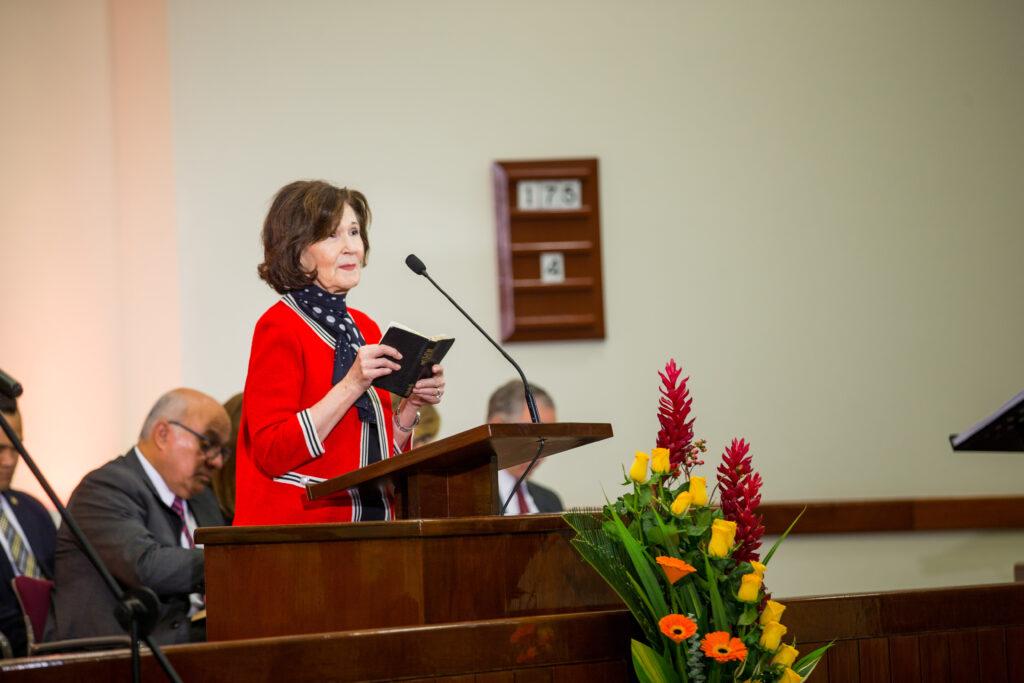 La hermana Patricia Holland se dirige a los misioneros en Lima, Perú.