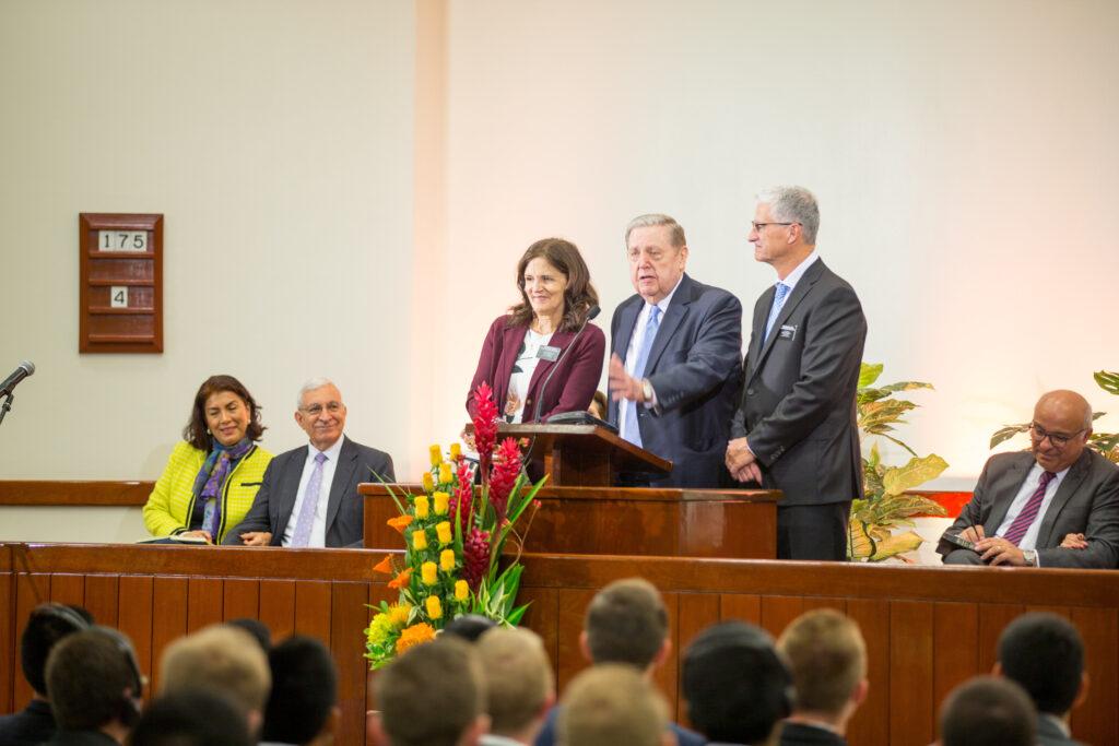 El élder Jeffrey R. Holland participa en una reunión de misioneros en Lima, Perú.