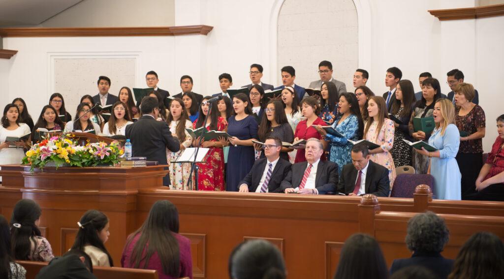 El coro canta durante una reunión de miembros con el élder Jeffrey R. Holland en Arequipa, Perú el 28 de enero de 2020.