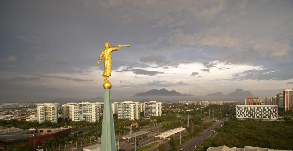 El ángel Moroni en lo alto del Templo de Río de Janeiro, Brasil.