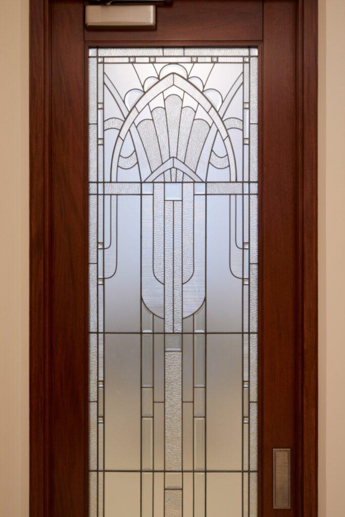 Las ventanas del Templo de Río de Janeiro, Brasil presentan una decoración local.