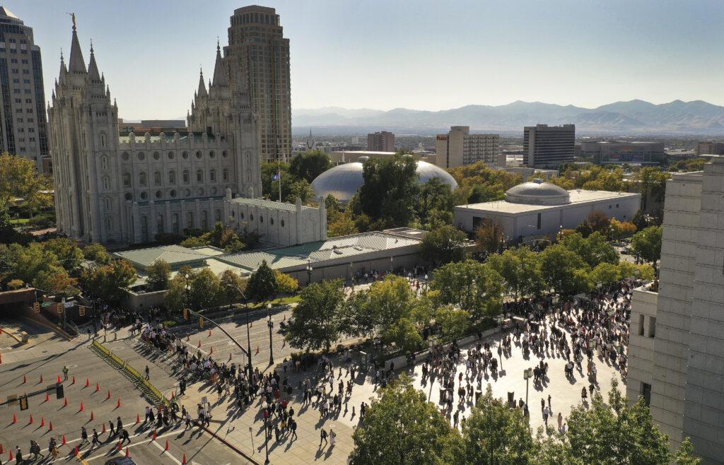 Los participantes salen de la sesión del domingo por la tarde de la Conferencia General Semestral N.o 189 de La Iglesia de Jesucristo de los Santos de los Últimos Días en Salt Lake City, el domingo, 6 de octubre de 2019.