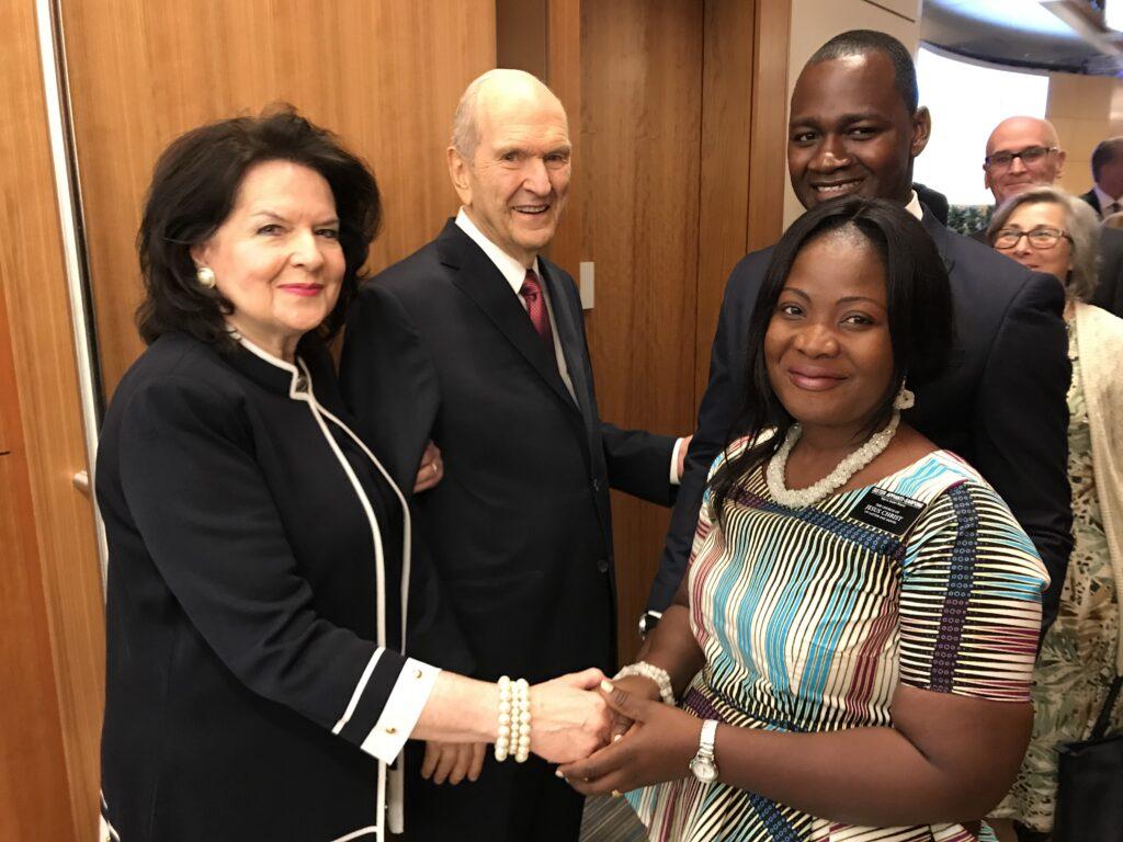 La hermana Wendy Nelson y el presidente Russell M. Nelson saludan a la hermana Elizabeth Appianti-Sarpong y al presidente Patrick Appianti-Sarpong, quienes servirán en la Misión Nigeria Ibadan, durante el Seminario de Liderzgo Misional de 2018 el domingo, 24 de junio de 2018.