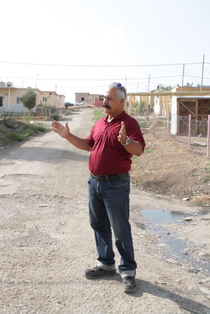 El alcalde Murad Wartanian está de pie en la aldea de Howesk, ubicada a las afueras de Duhok en la región de Kurdistán en el norte de Irak. Latter-day Saint Charities está ayudando a los desplazados internos a encontrar refugio en la aldea.