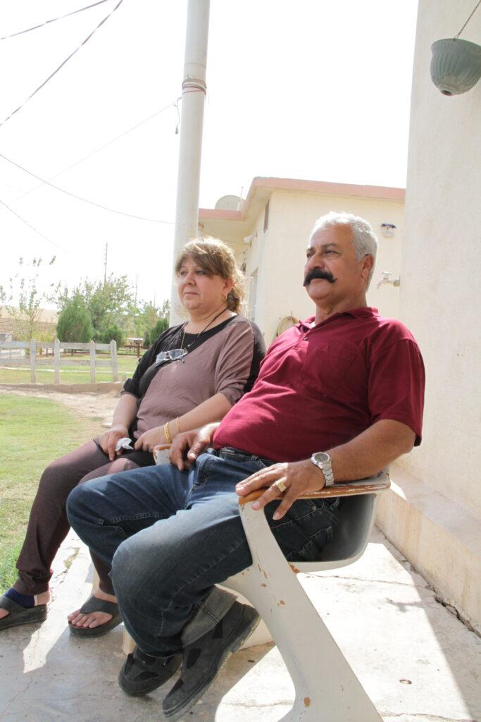 El alcalde Murad Wartanian se sienta a las afueras de su casa en la aldea de Howesk, ubicada a las afueras de Duhok en la región de Kurdistán en el norte de Irak. Latter-day Saint Charities está ayudando a los desplazados internos a encontrar refugio en la aldea.