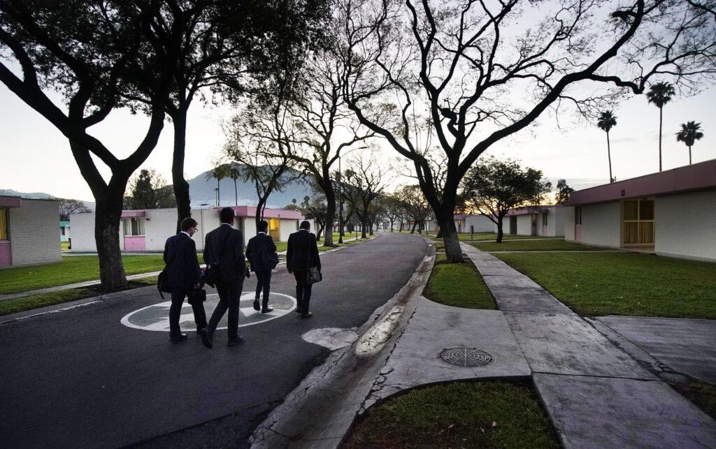 Los misioneros caminan al desayuno en el Centro de Capacitación Misional México de La Iglesia de Jesucristo de los Santos de los Últimos Días el domingo, 26 de enero de 2020.