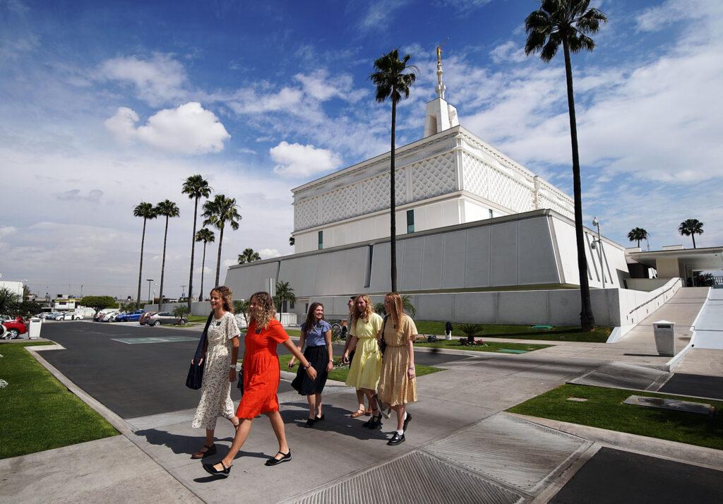 Las misioneras salen del edificio después de asistir al Templo de la Ciudad de México de La Iglesia de Jesucristo de los Santos de los Últimos Días el viernes, 24 de enero de 2020.