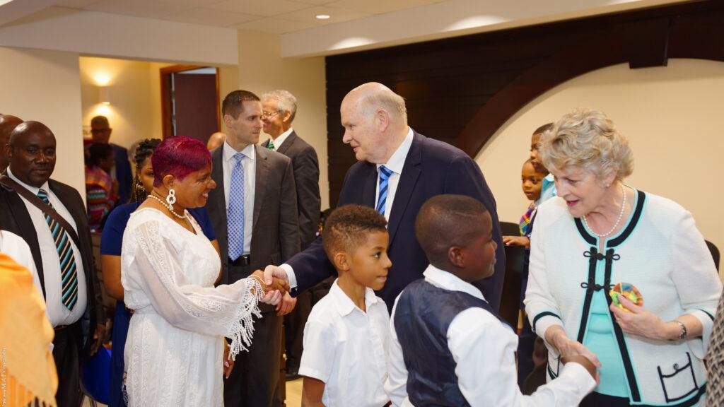 El élder Dale G. Renlund, al centro, y su esposa, hermana Ruth Renlund, a la derecha, saludan a los miembros en Martinica después de una reunión el 18 de febrero de 2020. El apóstol visitó el Área Caribe como parte de la revisión anual de área.