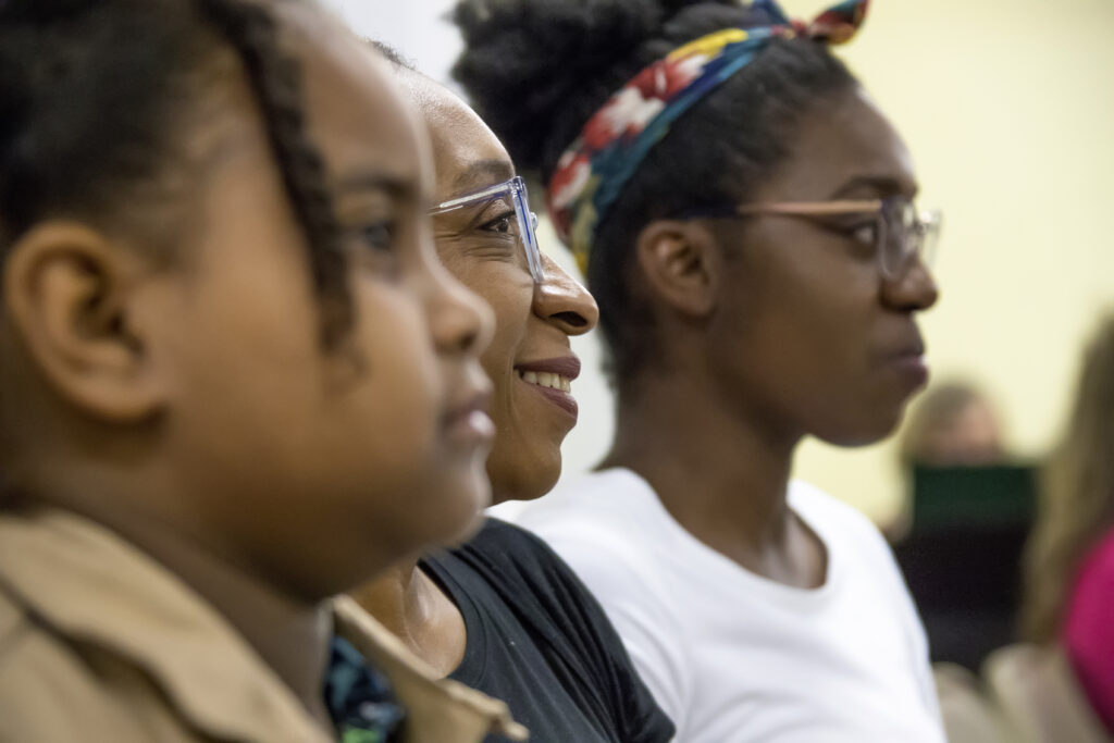 Miembros en Dominica escuchan en una reunión con el élder Dale G. Renlund, durante la visita del apóstol al Área Caribe el 16 de febrero de 2020.