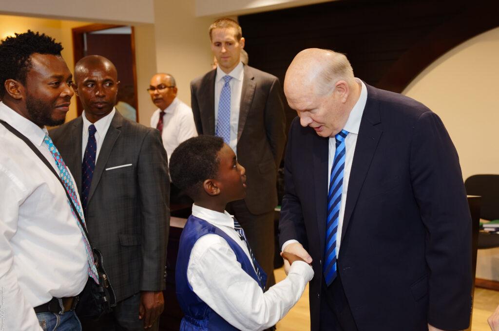 El élder Dale G. Renlund saluda a un chico en Martinica, durante una visita a la isla el 18 de febrero de 2020. El apóstol visitó el Área Caribe en febrero como parte de la revisión anual de área.