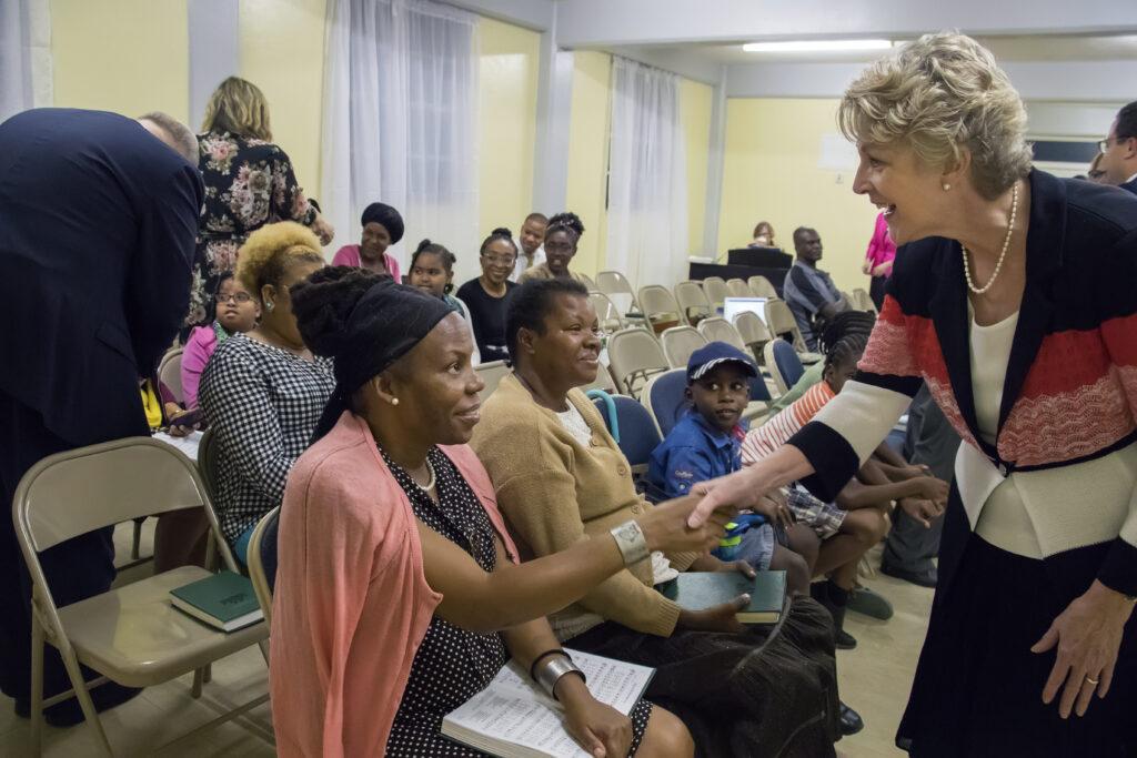 La hermana Ruth Renlund saluda a una mujer en Dominica durante una visita al Área Caribe, el 16 de febrero de 2020.