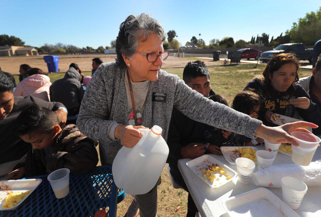 La hermana Norma Chávez, misionera de servicio para La Iglesia de Jesucristo de los Santos de los Últimos Días, sirve el desayuno a refugiados en una iglesia del área metropolitana de Phoenix, Arizona, el lunes, 11 de febrero de 2019.