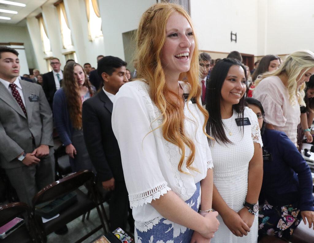 La hermana Asia Kehl y la hermana Romero observan al presidente Russell M. Nelson, de La Iglesia de Jesucristo de los Santos de los Últimos Días, antes de una reunión misional en Montevideo, Uruguay, el jueves, 25 de octubre de 2018.