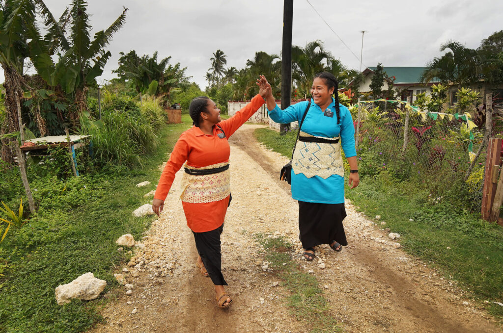 Las hermanas Florence Meta y Lavei Taufa hacen su labor misional en Tonga, el 22 de mayo de 2019.