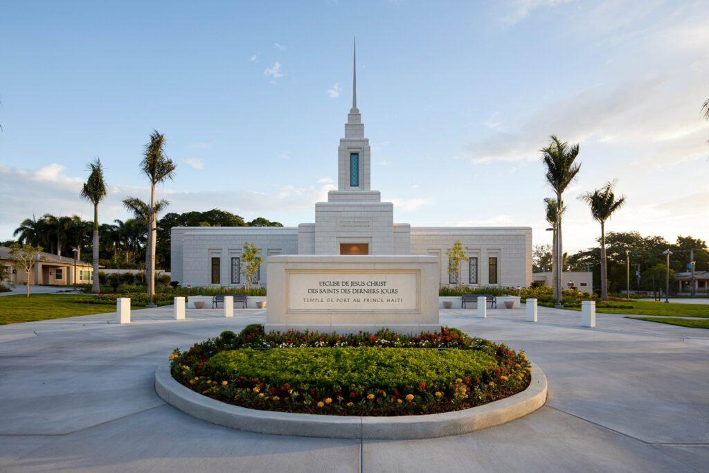 Una foto del exterior del Templo de Puerto Príncipe, Haití.