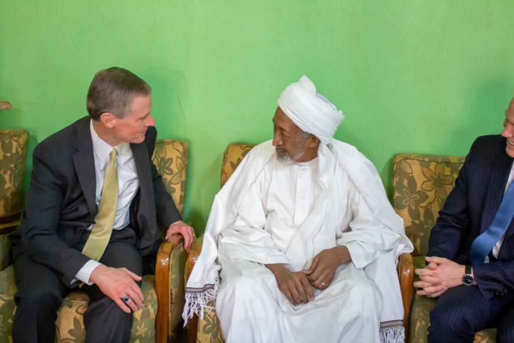 El élder David A. Bednar se reúne con el Consejo Religioso Sufí en Jartum, Sudán, en febrero de 2020.