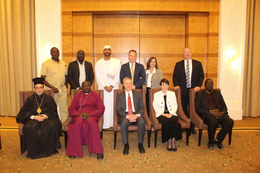 El élder David A. Bednar y la hermana Susan Bednar se reúnen con miembros del Consejo Sudanés de Iglesias en febrero de 2020.