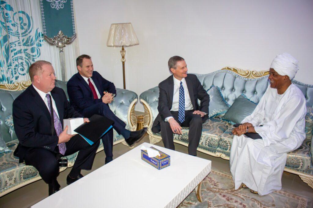 El élder Bednar, segundo de derecha a izquierda, se reúne con líderes religiosos en Jartum, Sudán, en febrero de 2020.