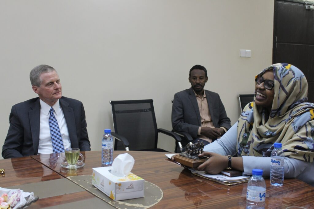 El élder David A. Bednar se reúne con la ministra de Trabajo y Desarrollo Social de Sudán, Lina Al-Sheikh Omer Mahjoub, en Jartum, Sudán, en febrero de 2020.