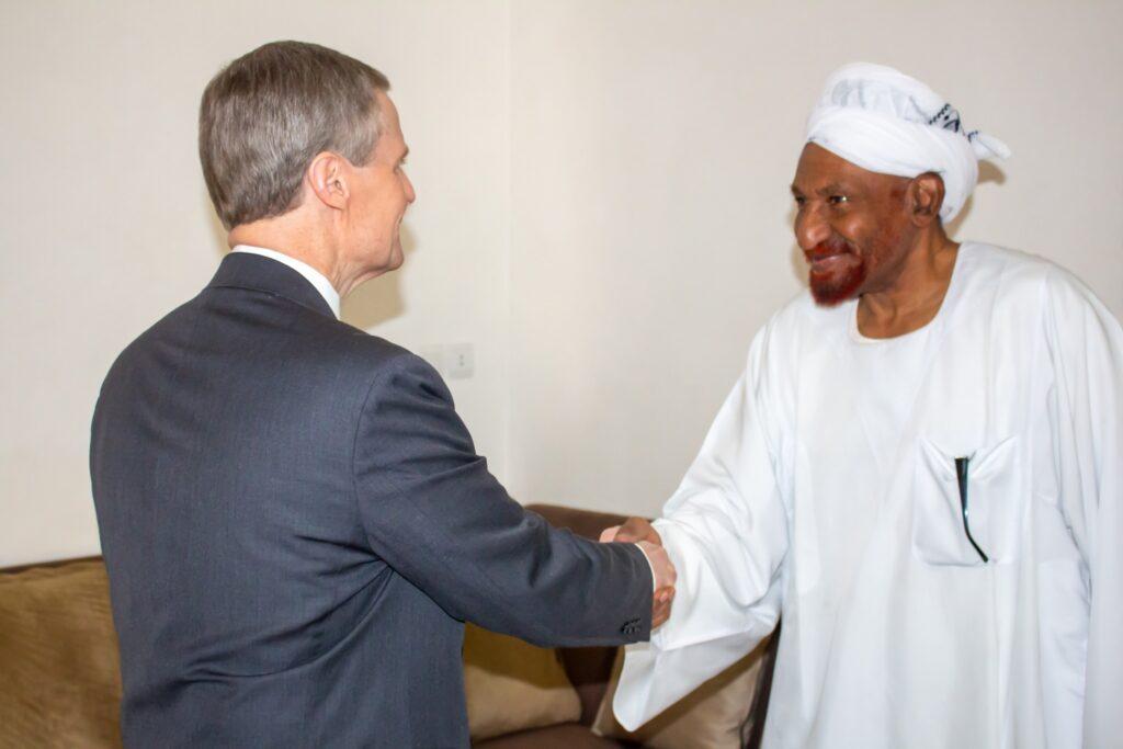 El élder David A. Bednar saluda al ex primer ministro de Sudán, Sadig al-Mahdi, durante una visita a Jartum, Sudán, en febrero de 2020.