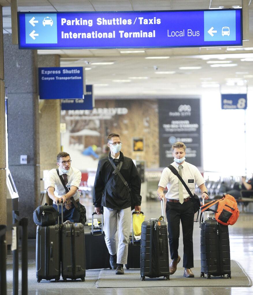 Los élderes Noah Deckard, Nathan Budge y Jackson Nielsen recogen su equipaje mientras cientos de misioneros de La Iglesia de Jesucristo de los Santos de los Últimos Días regresan de las Filipinas al Aeropuerto Internacional de Salt Lake City el domingo, 22 de marzo de 2020.