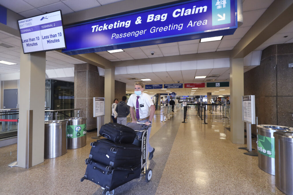 El élder Brock Winter empuja su equipaje mientras cientos de misioneros de La Iglesia de Jesucristo de los Santos de los Últimos Días regresan de las Filipinas al Aeropuerto Internacional de Salt Lake City el domingo, 22 de marzo de 2020.