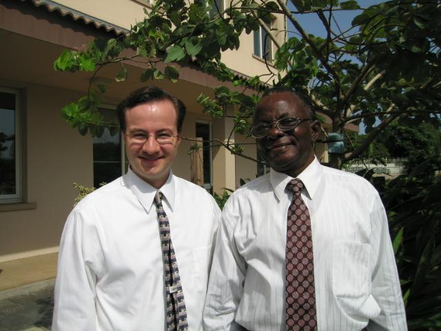 """Joseph William """"Billy"""" Johnson, a la derecha, uno de los primeros miembros de La Iglesia de Jesucristo de los Santos de los Últimos Días en Ghana, posa con el historiador de la Iglesia Clint Christensen en 2005."""