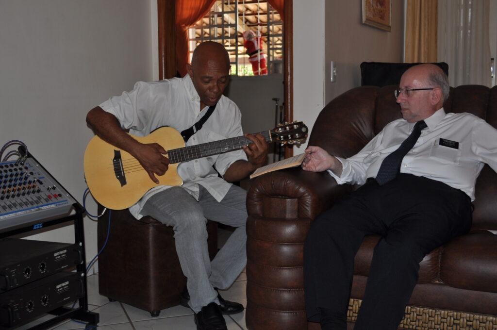Paulo De Oliveira Lima toca la guitarra en su hogar cerca de Brasilia, Brasil, en 2012.