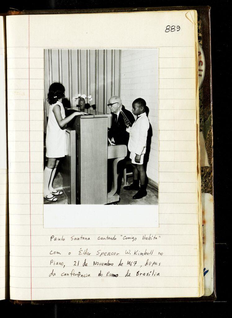 Una página del diario de 1969 de Kirk K. Nielson con una fotografía del presidente Spencer W. Kimball en el piano al lado de Paulo de Oliveira Lima en Brasilia, Brasil.