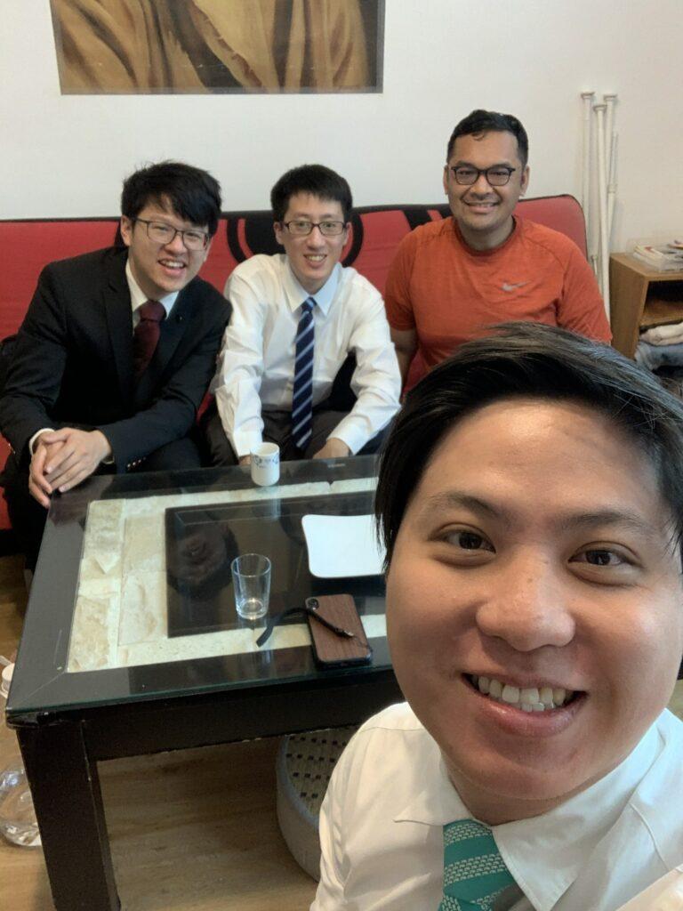 Hong Rui Cong, al fondo, disfruta de ministrar y compartir un día de reposo adorando con sus amigos JAS el 22 de marzo de 2020 en Taipéi, Taiwán.