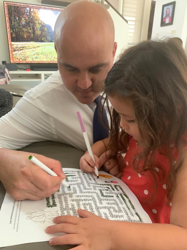 Wilfred Rosa y su hija, Marina, trabajan juntos en un proyecto para colorear con tema misional, el 29 de marzo de 2020. Rosa y su familia aceptaron la invitación del presidente Russell M. Nelson para ayunar por una resolución a la pandemia del coronavirus.